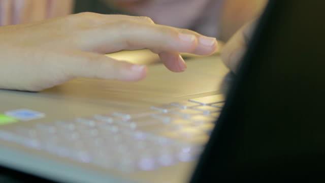 Frau Tippen auf der Tastatur, Dolly shot