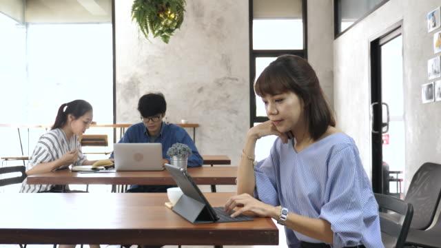Vrouw in café te typen op Tablet PC