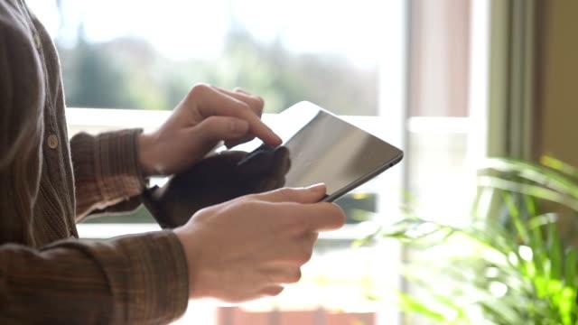 空白の画面とデジタル タブレット コンピューターで入力女性 - 空白の画面点の映像素材/bロール