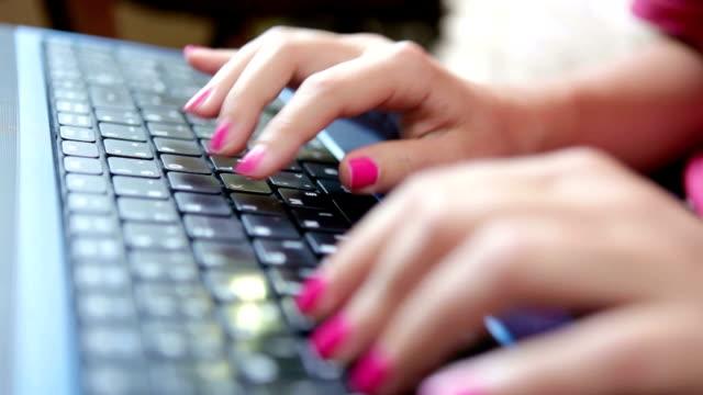 vídeos de stock, filmes e b-roll de mulher digitando em um teclado perto de vídeo - homem e máquina