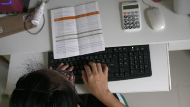 Frau Tippen auf der Computertastatur