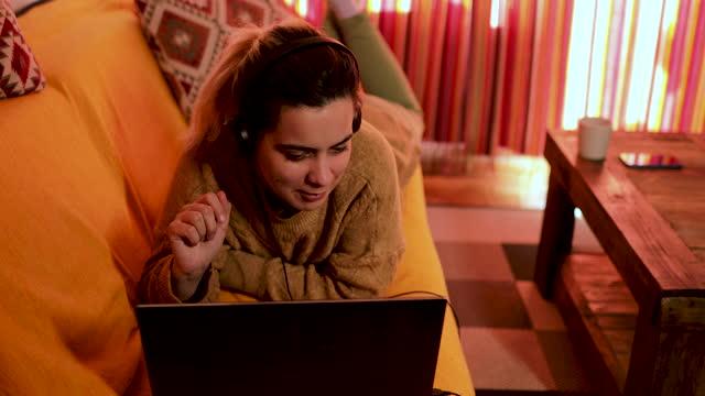 vídeos de stock, filmes e b-roll de mulher digitando no laptop e ter chamada de vídeo enquanto ela trabalha em casa - homem e máquina