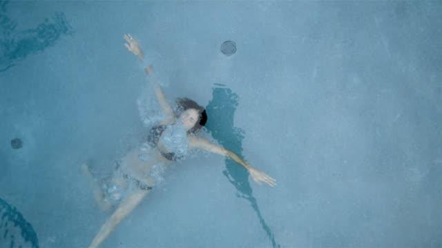 vídeos y material grabado en eventos de stock de slo mo overhead ms woman underwater in swimming pool/connecticut, usa - salir del agua