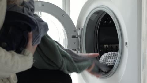 vidéos et rushes de woman unloading the washing machine - laver