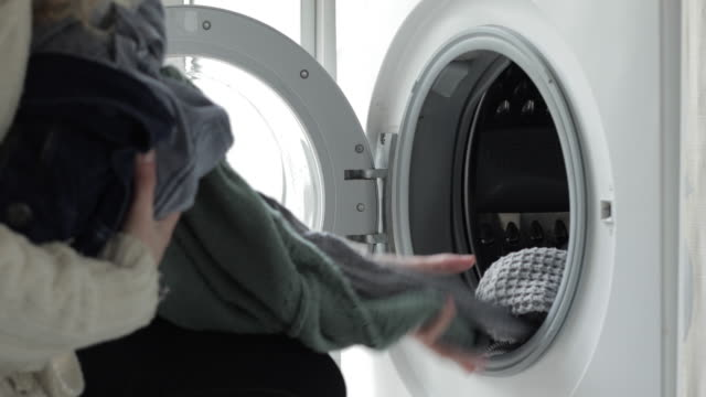 vídeos de stock, filmes e b-roll de woman unloading the washing machine - maquinaria