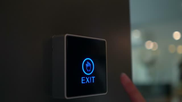 donna sbloccare il sistema di sicurezza nel suo appartamento - automatizzato video stock e b–roll