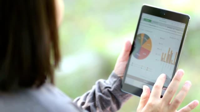Frau mit digitalen Tablet im Garten