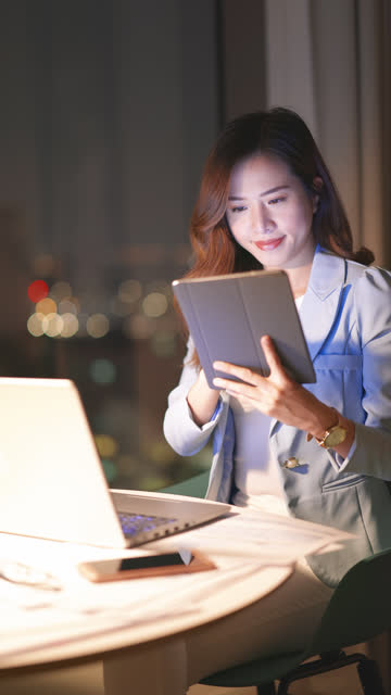 frau verwenden laptop im büro - hoch position stock-videos und b-roll-filmmaterial