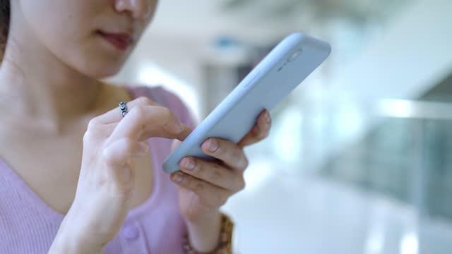 frau nutzung von smartphone im cafe - weibliche angestellte stock-videos und b-roll-filmmaterial