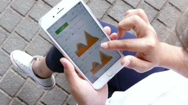 vídeos y material grabado en eventos de stock de mujer use teléfono inteligente en el parque - diagrama circular