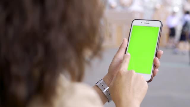 frau verwenden grünen smartphone-bildschirm - menschlicher finger stock-videos und b-roll-filmmaterial