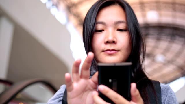 vídeos de stock e filmes b-roll de mulher usar telefone inteligente na cidade escada rolante - trabalhadora de colarinho branco