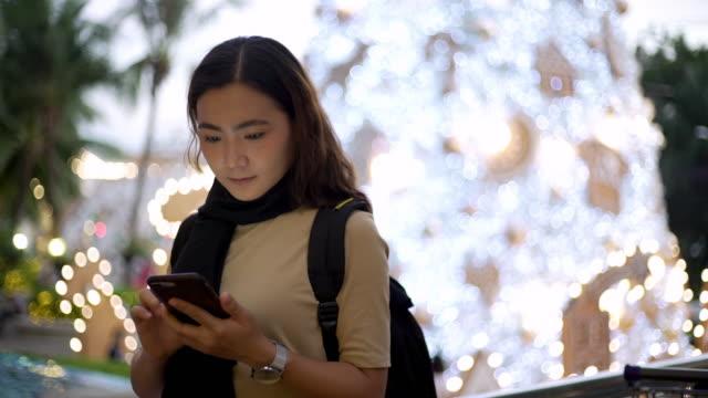 frau verwendung smartphone - menschlicher finger stock-videos und b-roll-filmmaterial