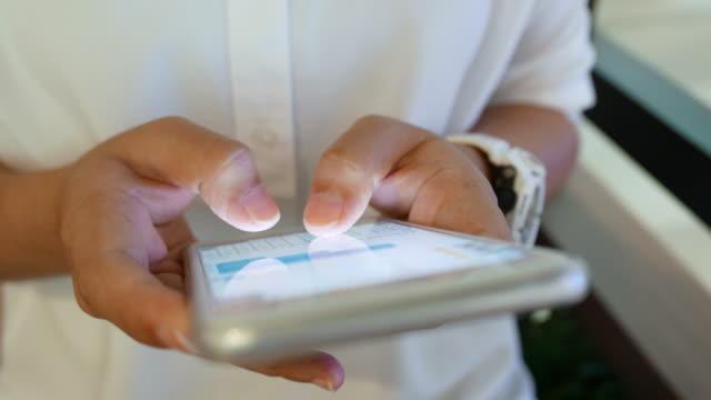 vídeos y material grabado en eventos de stock de mujer usar teléfono inteligente - asociación norteamericana de telecomunicaciones e internet