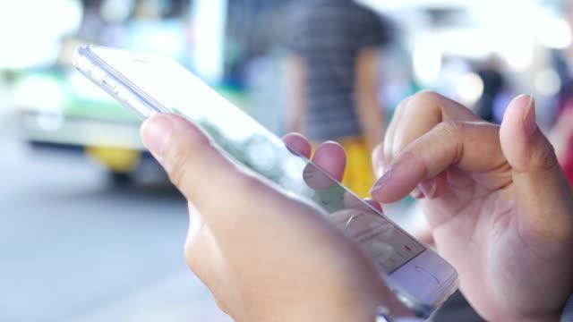 vídeos y material grabado en eventos de stock de uso de mujer inteligente phoneat parada - asociación norteamericana de telecomunicaciones e internet
