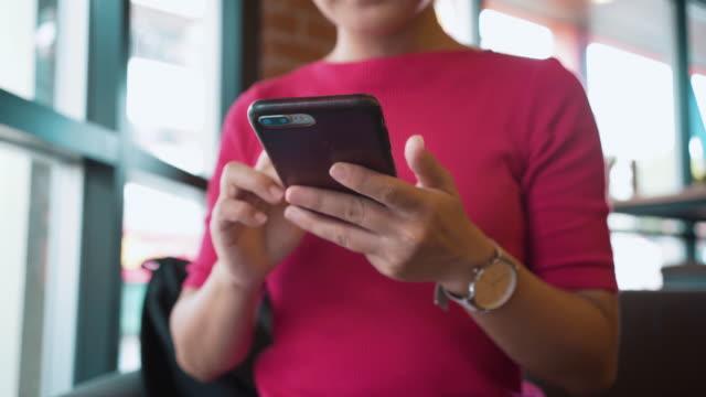 vídeos de stock, filmes e b-roll de mulher usar smartphone no café - trabalhadora de colarinho branco