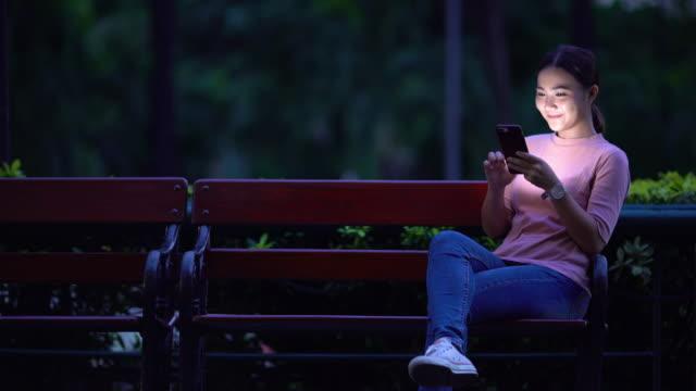 Femme utiliser smartphone pendant la nuit