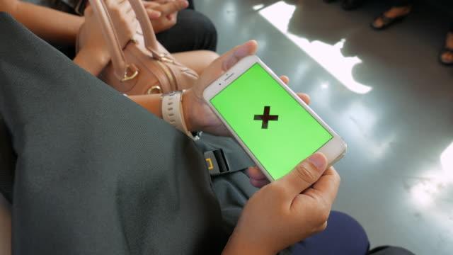 Frau Verwendung Smartphone auf Zug