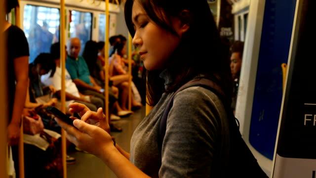 """Donna """" utilizzo dei sociale media di comunicazione in treno"""