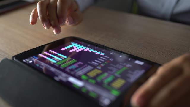 vidéos et rushes de femme utiliser tablette et ordinateur pour entreprise - progrès