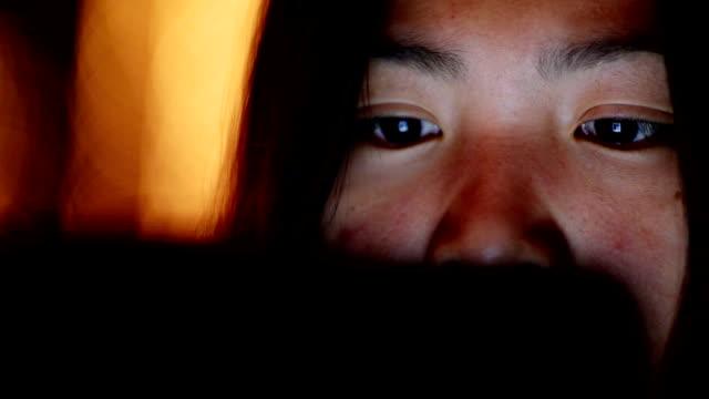 Frau mit Tablet-PC in der Nacht und Bokeh