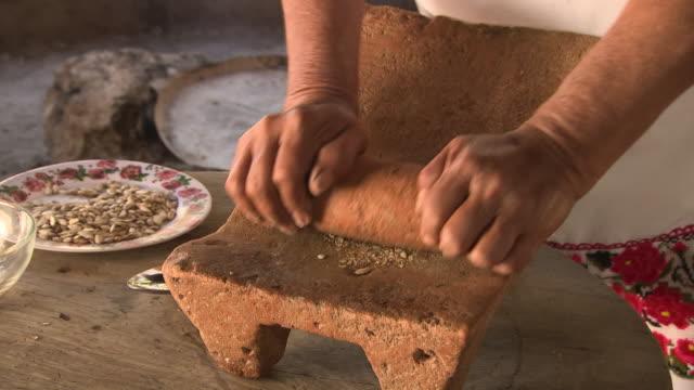 a woman uses a metate, mexico - 年配の女性点の映像素材/bロール