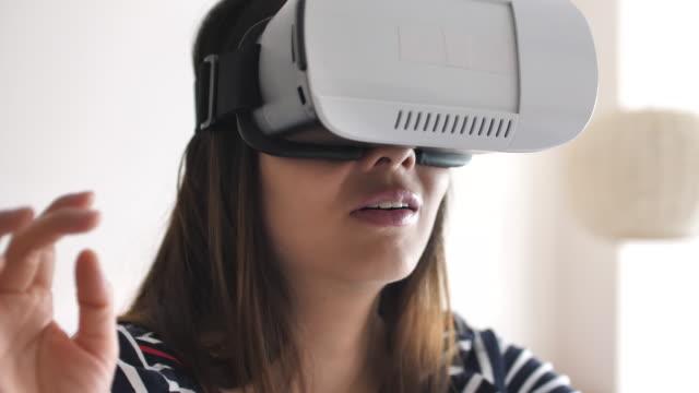 frau benutzt eine virtual-reality-brille - brille stock-videos und b-roll-filmmaterial