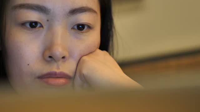 vidéos et rushes de woman uses laptop - partie d'une série