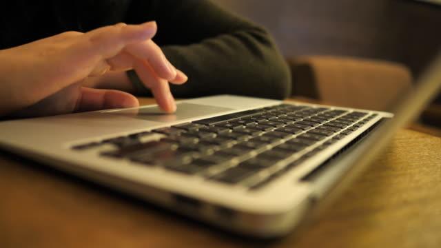 woman uses laptop - accessibility点の映像素材/bロール