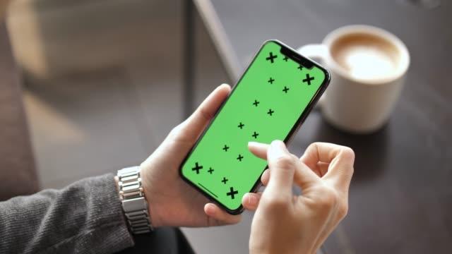 vídeos de stock, filmes e b-roll de mulher usa smartphone com tela verde - tela do dispositivo