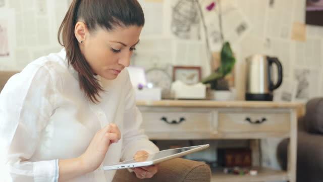 vídeos de stock e filmes b-roll de mulher com um tablet digital. - procurar emprego