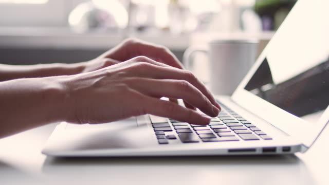 donna che usa un laptop - cup video stock e b–roll