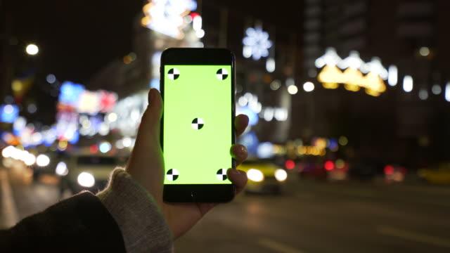 stockvideo's en b-roll-footage met vrouw met behulp van een mobiele telefoon. - portability