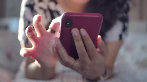stockvideo's en b-roll-footage met een vrouw met behulp van een telefoon thuis binnenshuis - social media