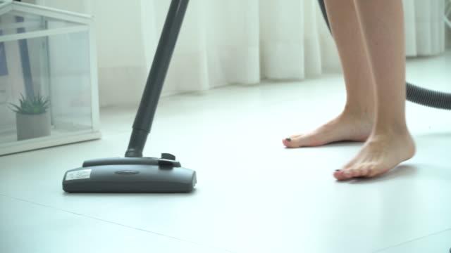 vidéos et rushes de femme utilisant un aspirateur - sale