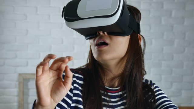 Vrouw met behulp van een virtual reality-bril thuis