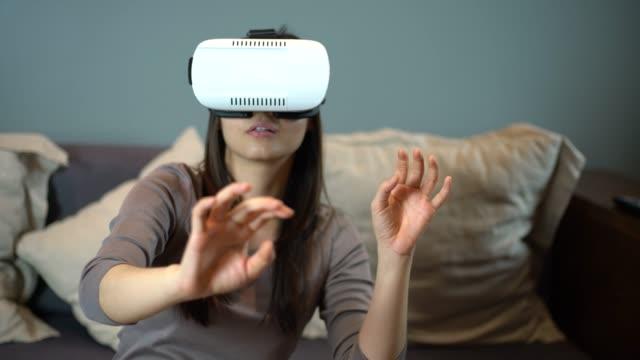 vídeos y material grabado en eventos de stock de mujer con unas gafas de realidad virtual - ciborg
