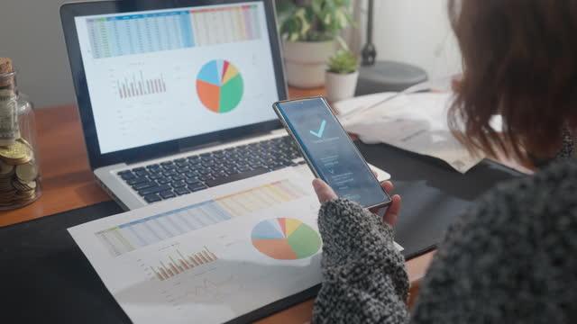 donna utilizzando l'app bancaria sulla bolletta di pagamento dello smartphone, tecnologia finanziaria concetto di internet banking - customer video stock e b–roll