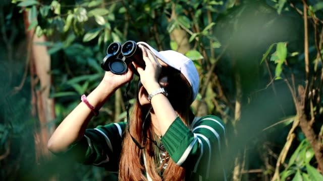Frau mit dem Fernglas im Wald, Slow-motion