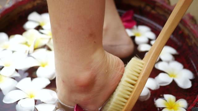 vídeos de stock, filmes e b-roll de mulher que usa a escova em seu pé - dedo do pé humano