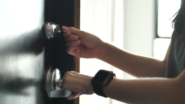vídeos de stock e filmes b-roll de woman using cardkey for opening the door - hotel