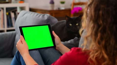 vídeos y material grabado en eventos de stock de mujer usando croma key screen tablet computer en casa - verde color