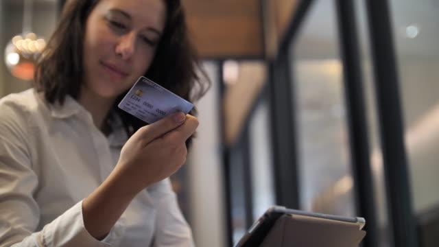 Kvinna med kreditkort för Shopping online