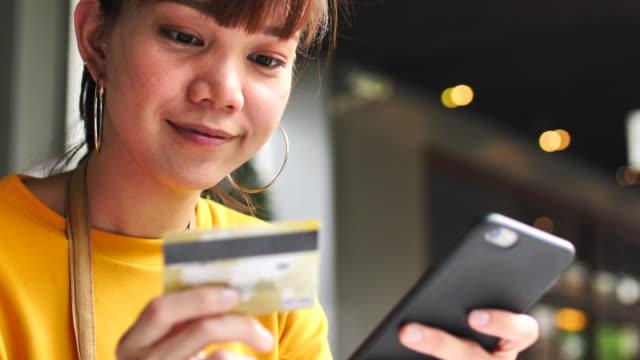 女性のクレジット カードを用いたスマート フォン