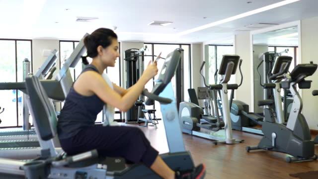 Frau mit digitalen tablet im Fitnessraum