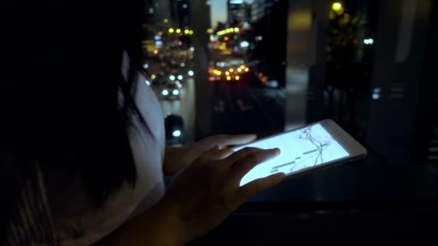 Frau mit Digital-Tablette in der Nacht