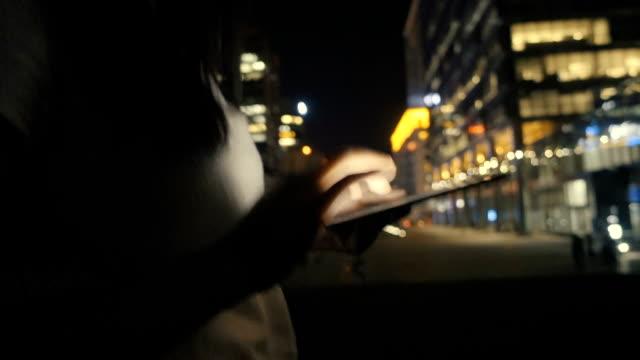 frau mit digital-tablette in der nacht - fortschritt stock-videos und b-roll-filmmaterial