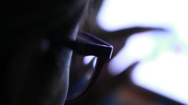 女性 デジタルタブレット夜を使用 - 携帯情報端末点の映像素材/bロール
