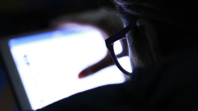 女性 デジタルタブレット夜を使用 - 暗い点の映像素材/bロール
