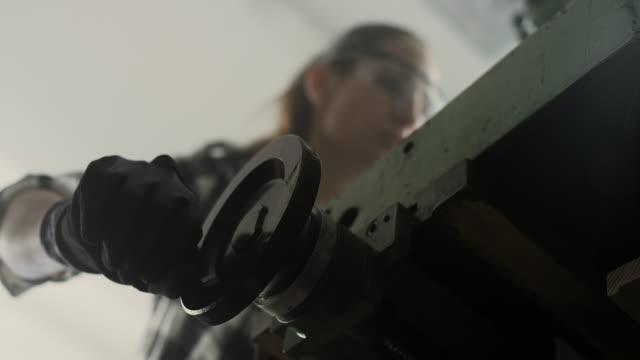 frau mit bohrmaschine - 4k auflösung stock-videos und b-roll-filmmaterial